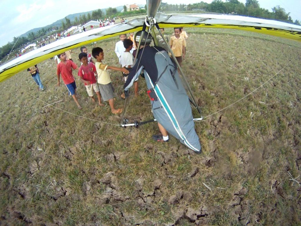 ハンググライダー飛ぶヒーローこども